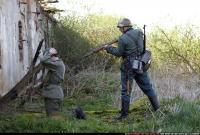 2010 03 WW2 INFANTRY GUARDING SURRENDERED PRISONER 02.jpg