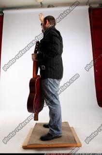 2010 07 DANIEL GUITAR SINGER WAVING 02 C
