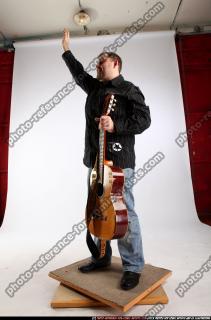 2010 07 DANIEL GUITAR SINGER WAVING 01 C