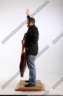2010 07 DANIEL GUITAR SINGER WAVING 02 B